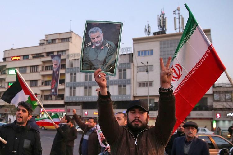 Официальный Иран пообещал отомстить американцам за смерть Сулеймани.