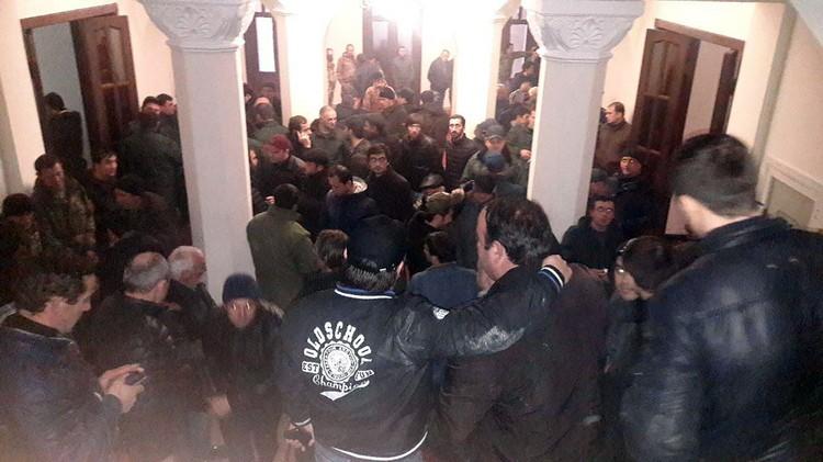 На кадрах прекрасно видно, что толпа ходит по коридору здания. Фото: Анжела Кучуберия/ТАСС
