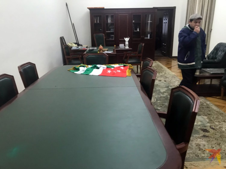Разграбленный кабинет президента.