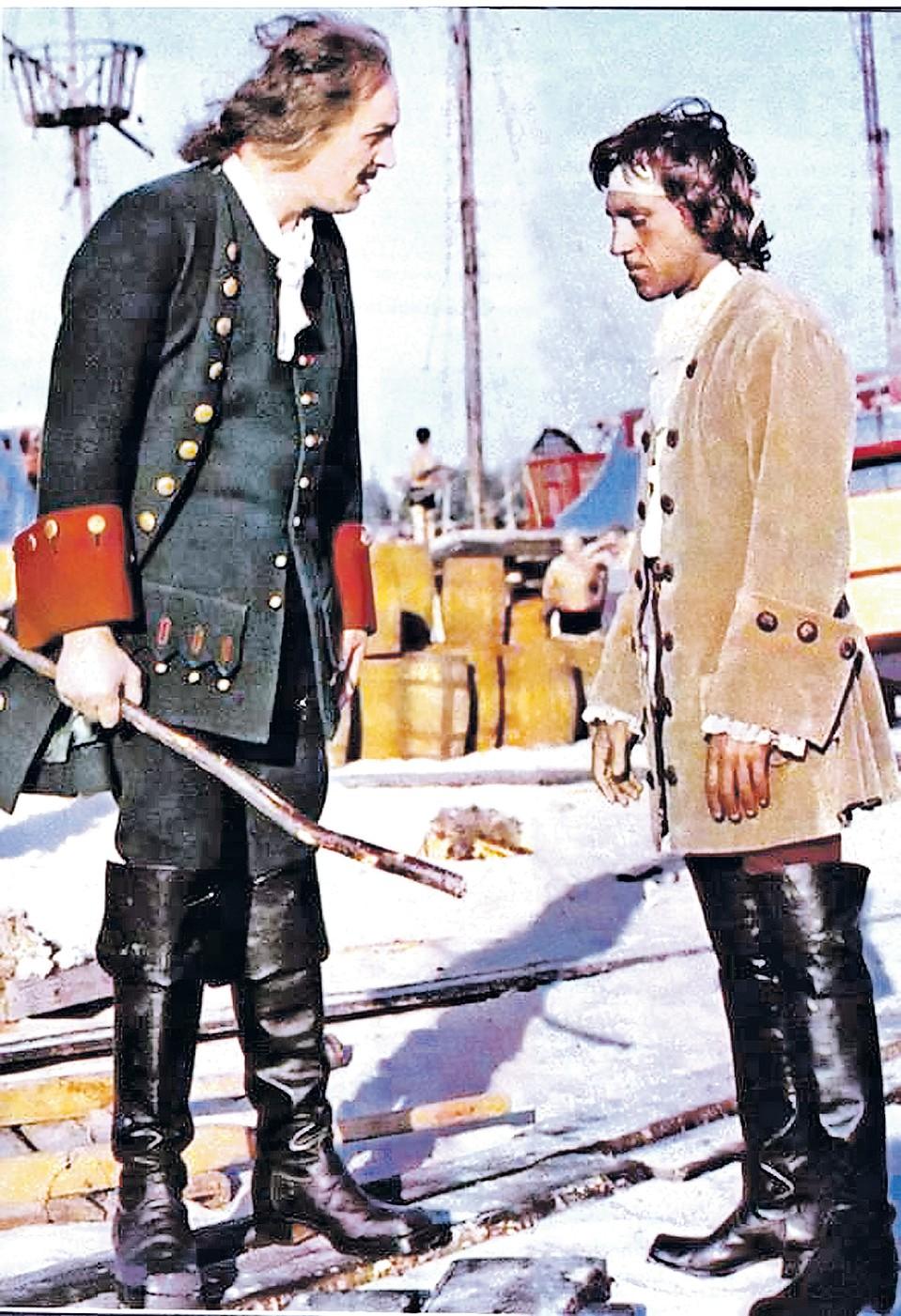 Ботфорты Высоцкий надел, когда играл в фильме «Сказ про то, как царь Петр арапа женил» (1976). А потом эта обувь досталась Харатьяну. Фото: Кадр из фильма