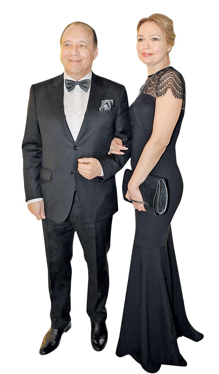 Новогодние праздники Максим Дунаевский и его любимая женщина Алла Новоселова провели в Париже, а в Москве они появляются вместе на светских мероприятиях.