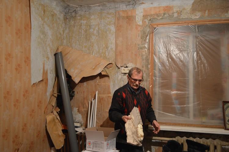 Чудом уцелевший Сергей Николаевич демонстрирует то, что осталось от подоконника
