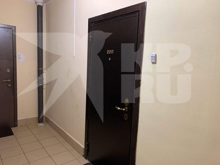 Сейчас дверь двухкомнатной квартиры в новостройке поселка ВНИИССОК опечатана.