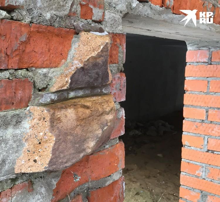 Со стен недостроенных коттеджей сдирали облицовочные материалы. Приезжали сразу на грузовиках.