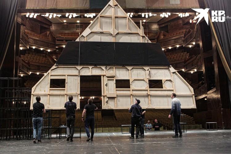 """На сцене разбирают декорации только что отыгранного спектакля """"Синяя птица""""."""
