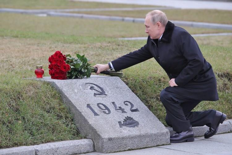 """Путин возложил цветы в мемориалу """"Рубежный камень""""."""