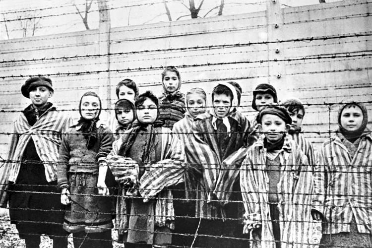Дети - узники лагеря.