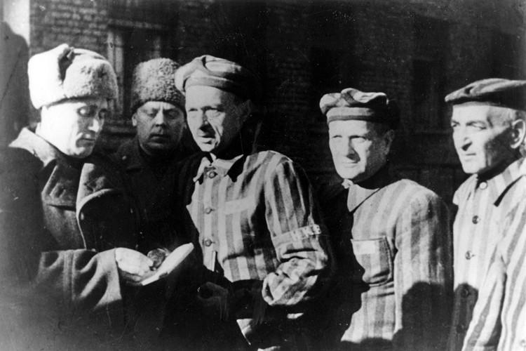 Красноармейцы освобождают узников Освенцима.