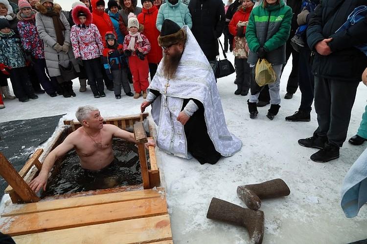 Купания на озере Бузим в Красноярске.