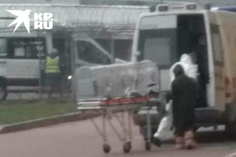 Пострадавшего повезли в больницу в спецкапсуле.