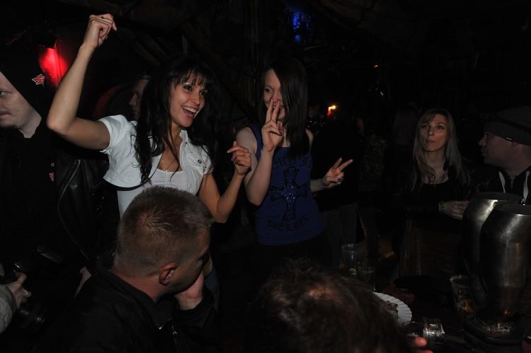 Порядочные девушки тоже иногда ходят отдохнуть в ночной клуб.