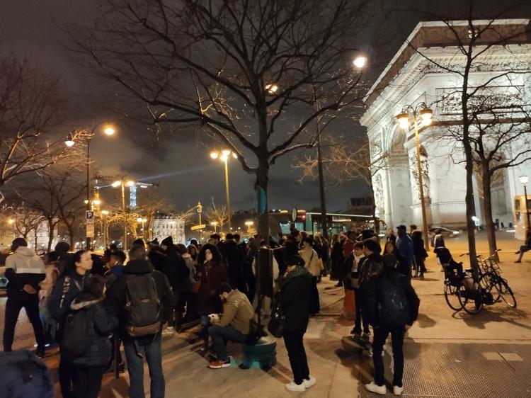 Это не стихийный митинг, а очереди на остановках общественного транспорта в обычный вторник