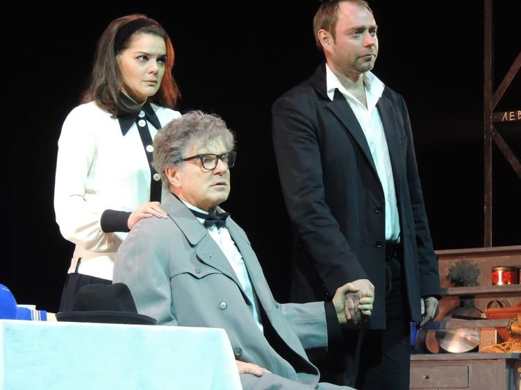 Сарафанова играет Игорь Костолевский. Его самозваного сына — Алексей Дякин.