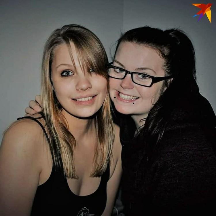 Кэти (слева) вместе с подругой. Иностранка всегда знала, что она особенная: приемные родители не скрывали, что привезли ее из России. Фото: личный архив.