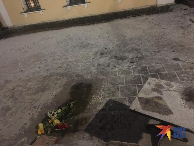 В 19:17 приехала Скорая, тело священника погрузили на носилки
