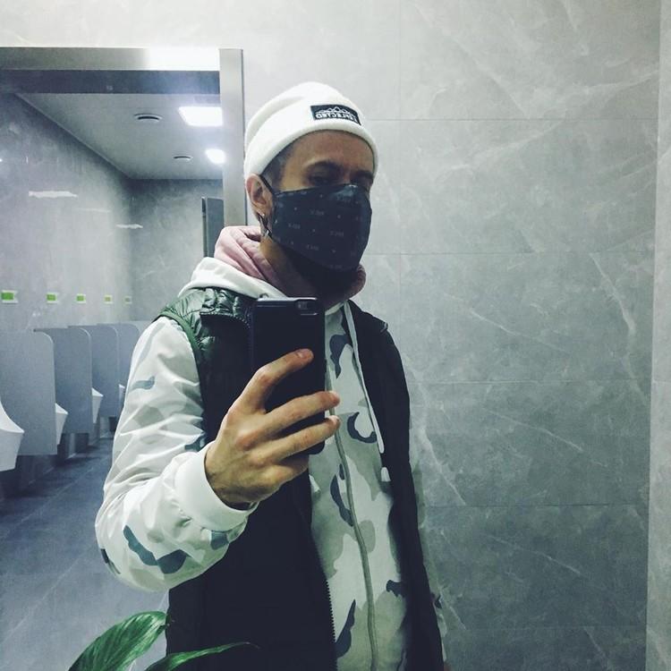 На днях Виктор успел купить одну из последних масок в Чжанчжоу - этот товар теперь дефицитный. Фото: Личный архив