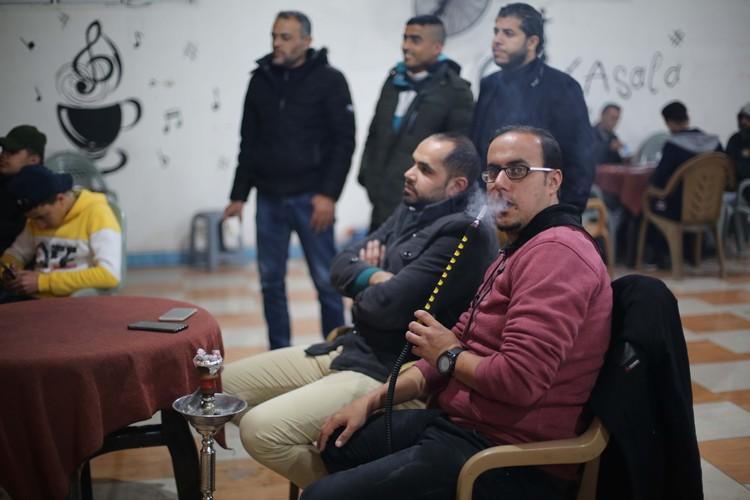 Сектор Газа. Палестинцы в кафе смотрят новости о новых мирных инициативах Трампа.