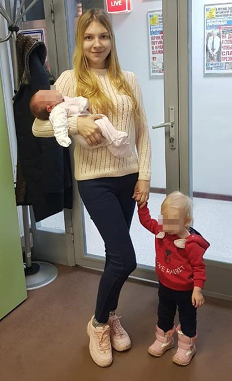 """Лада с детьми в студии Радио """"Комсомольская правда""""."""