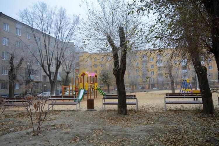 На проспекте Металлургов в одном дворе установили более сорока скамеек.