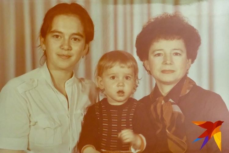 Оля с мамой и бабушкой