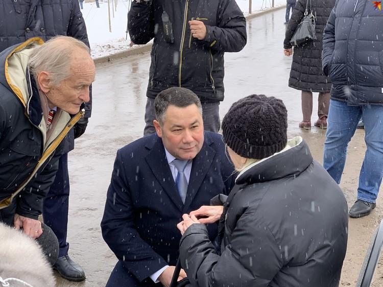 Губернатор Тверской области Игорь Руденя и народный артист Михаил Ножкин беседуют с ветераном.