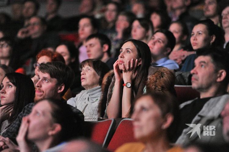 Зрители с интересом наблюдали за происходящим на экране