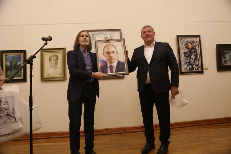 Сергей Гапликов и Никас Сафронов обменялись подарками