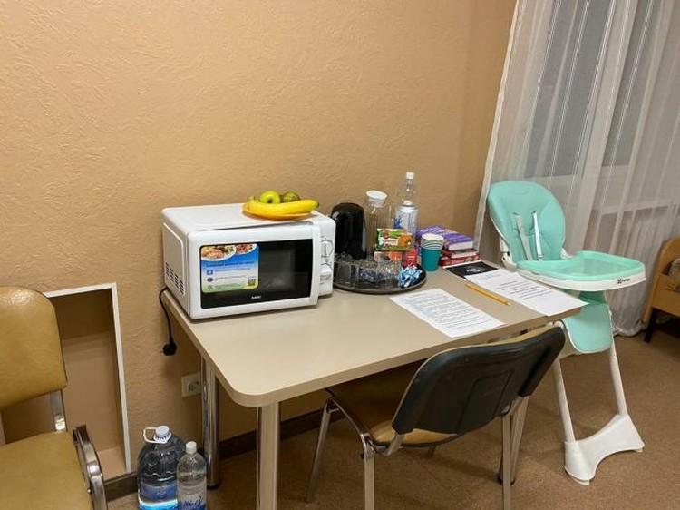 В номере есть еда, вода, микроволновка. Фото: Оперативный штаб