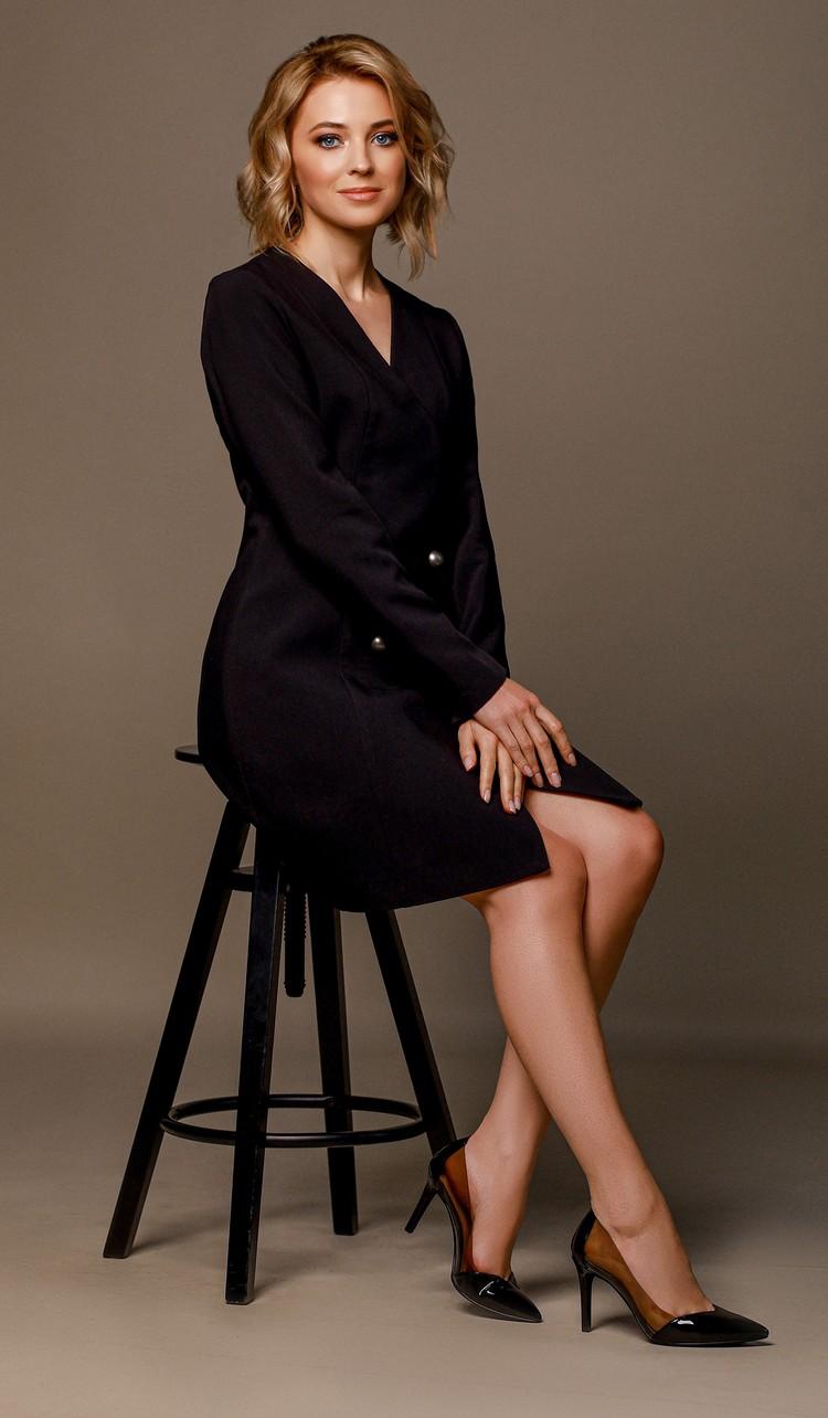 Маленькое черное платье по фигуре, отсутствие аксессуаров, лаковые лодочки. Классика гламура, которая вдохновляет на века и не оставляет никого равнодушным. Фото: Екатерина Вологжанина