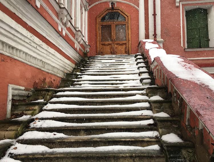 Судя по покрытой льдом лестнице, гостей здесь не ждут.