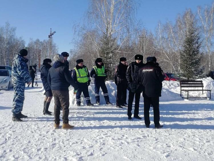 Росло количество митингующих, прибывало подкрепление силовиков.
