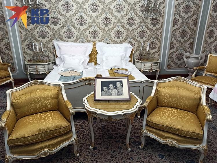 """Так называемый """"Дворец весны"""" - спальня в резиденции Чаушеску. На столе фото их детей. Даже пижамы не забыли положить"""