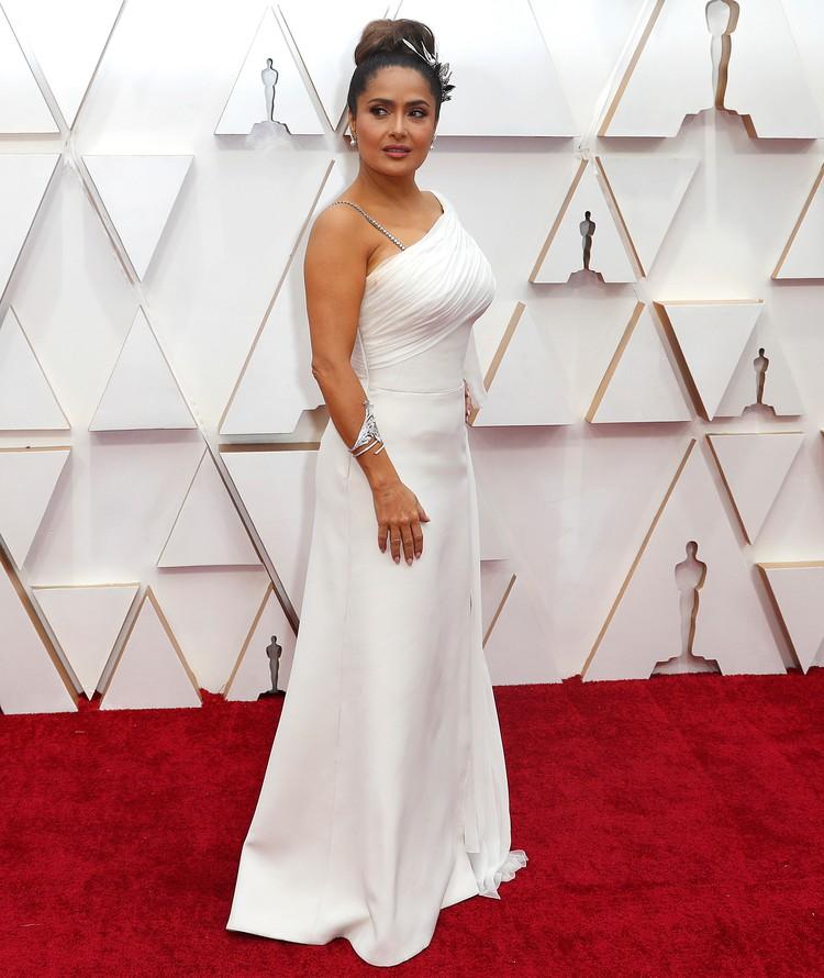 Сальма Хайек появилась на «Оскаре» с максимально закрытым декольте