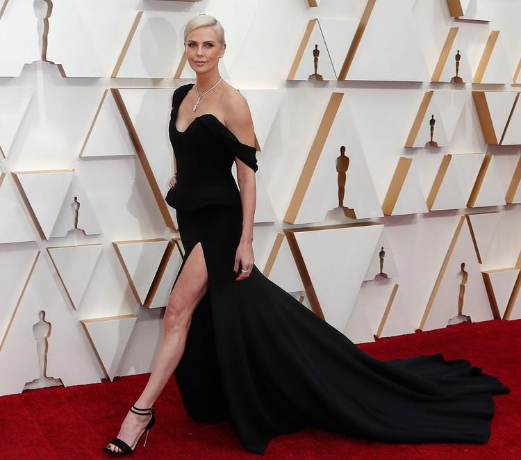 Шарлиз Терон в Dior уже назвали иконой стиля по итогам красной дорожки