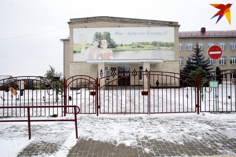 На калитке школы №2 висит замок, табличка на заборе предупреждает о том, что ведется видеонаблюдение