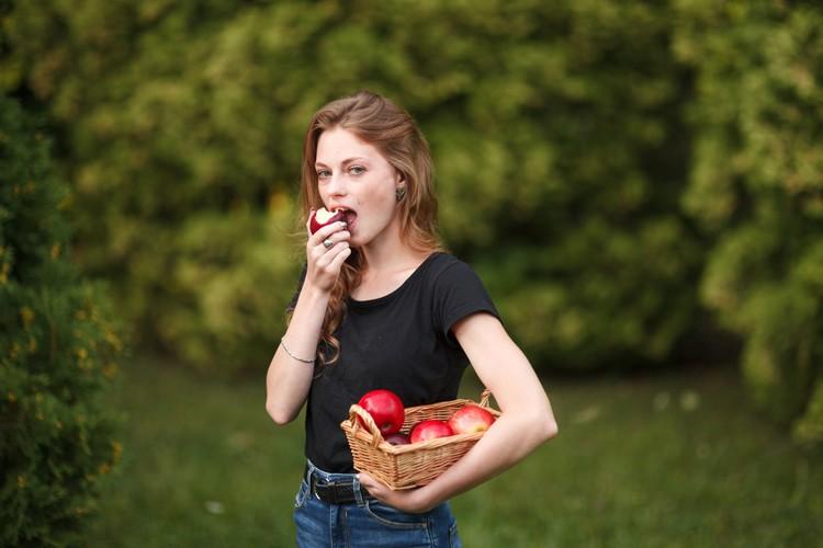 Реальные, натуральные продукты, богатые клетчаткой, белками и жирами, хорошо насыщают, и вы естественным образом будете их меньше есть.