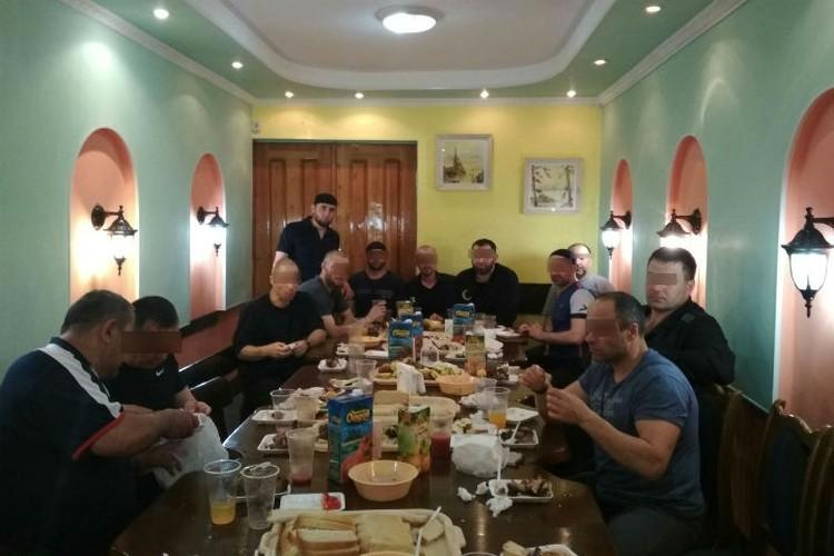 """Мужчины за столом, в том числе Заур Дадаев, судя по всему, не были против съемок. Фото: аккаунт Ислам Ирон во """"ВКонтакте""""."""