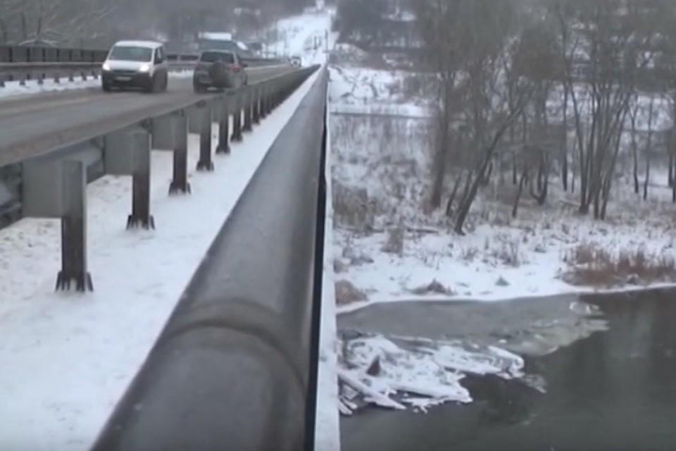 Мост через Северский Донецк на 20 метров возвышается над рекой. Фото: ТК «Донбасс»