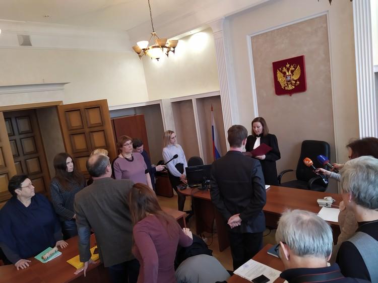 Рассматривать дело в Ленинском районному суде не будут Судья счел, что работающая здесь дочка одной из истцов - достаточное основание для отвода всего суда