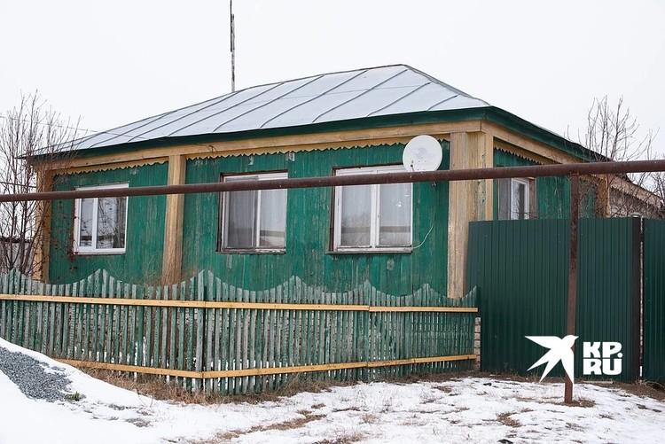 Небольшой, но уютный дом, в котором живут мальчишки