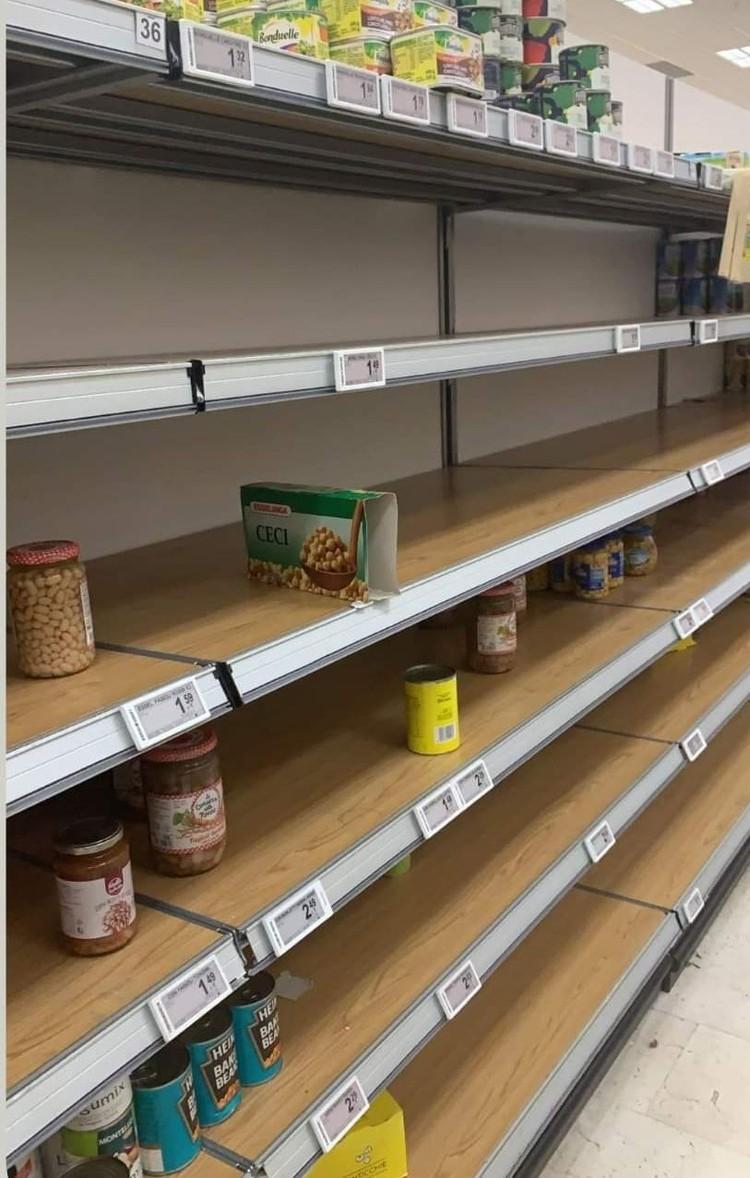Полки итальянских магазинов стремительно пустеют - население серьезно готовится к карантину