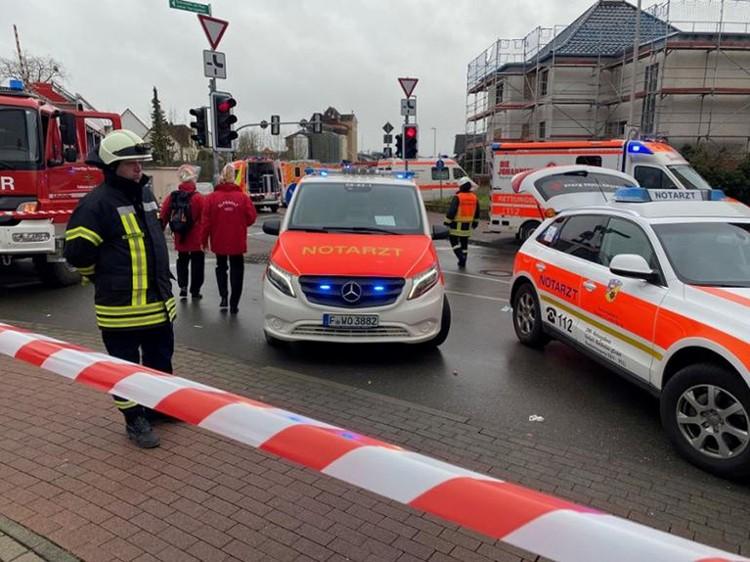 На месте сейчас находится полиция, многочисленные машины скорой помощи, пожарные