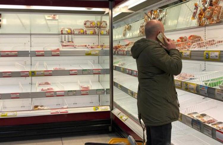 В супермаркетах людно, все стараются закупаться продуктами впрок. Фото: Оксана Дикарева