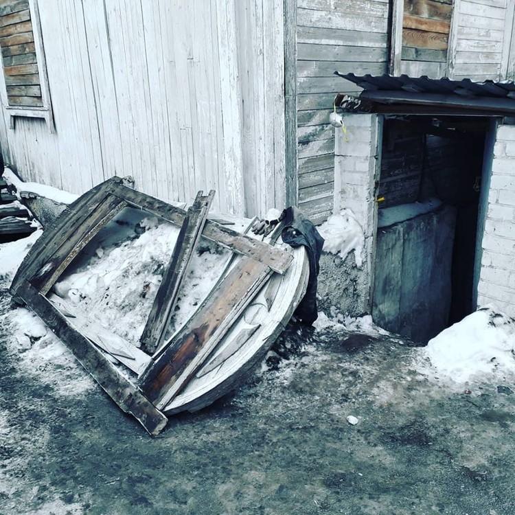 На земле валяется ветхая оконная рама. Ее не восстановить. Фото: Юрий Латышев.