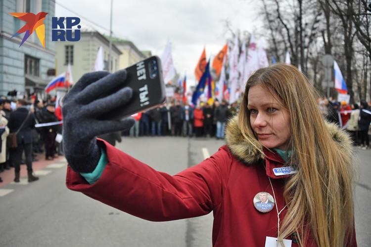 Молодые сторонники политика