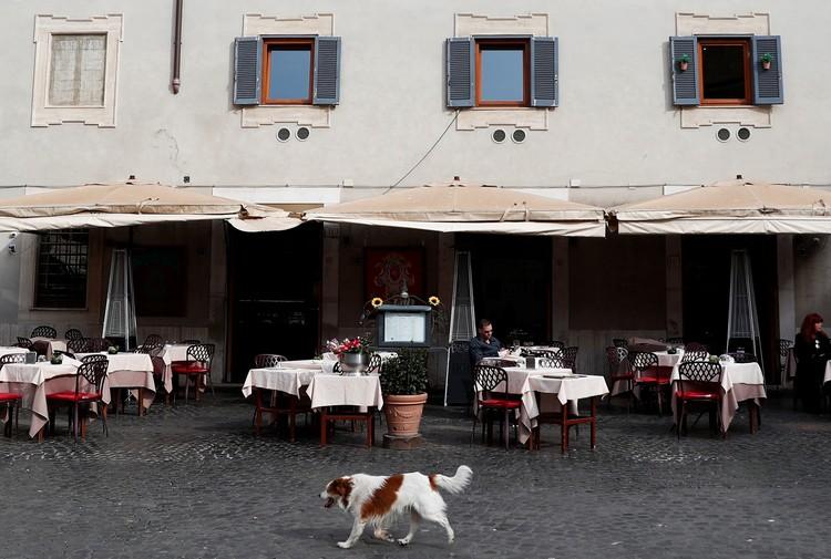 Римские кафе и ресторанчики теперь опустели.