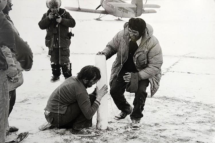 Журналист Василий Песков (на втором плане) на Северном полюсе.