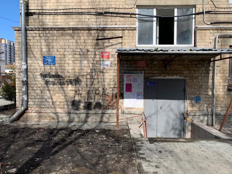 Подъезд в общежитие, где убили Валеру