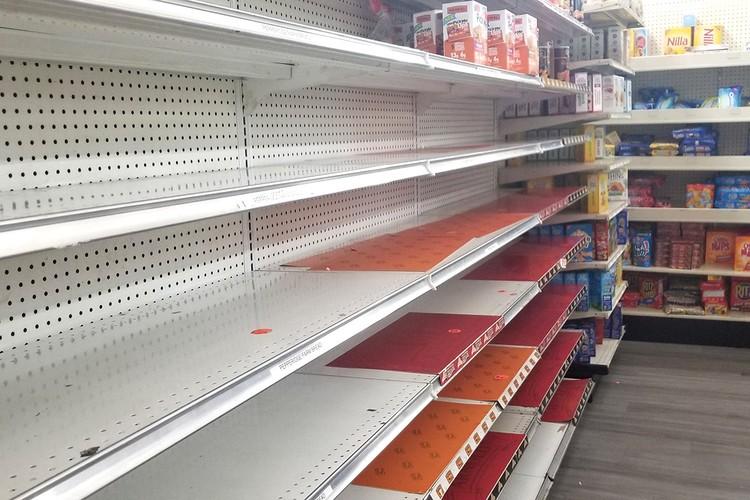 Пустые полки в одном из супермаркетов Нью-Йорка.