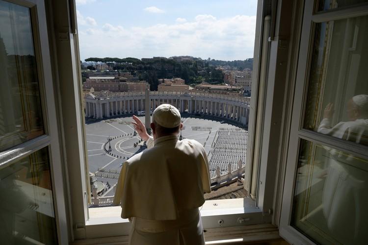 В воскресенье Папа Римский открыл свое традиционное окно для воскресного Анжелуса на абсолютно пустую площадь.